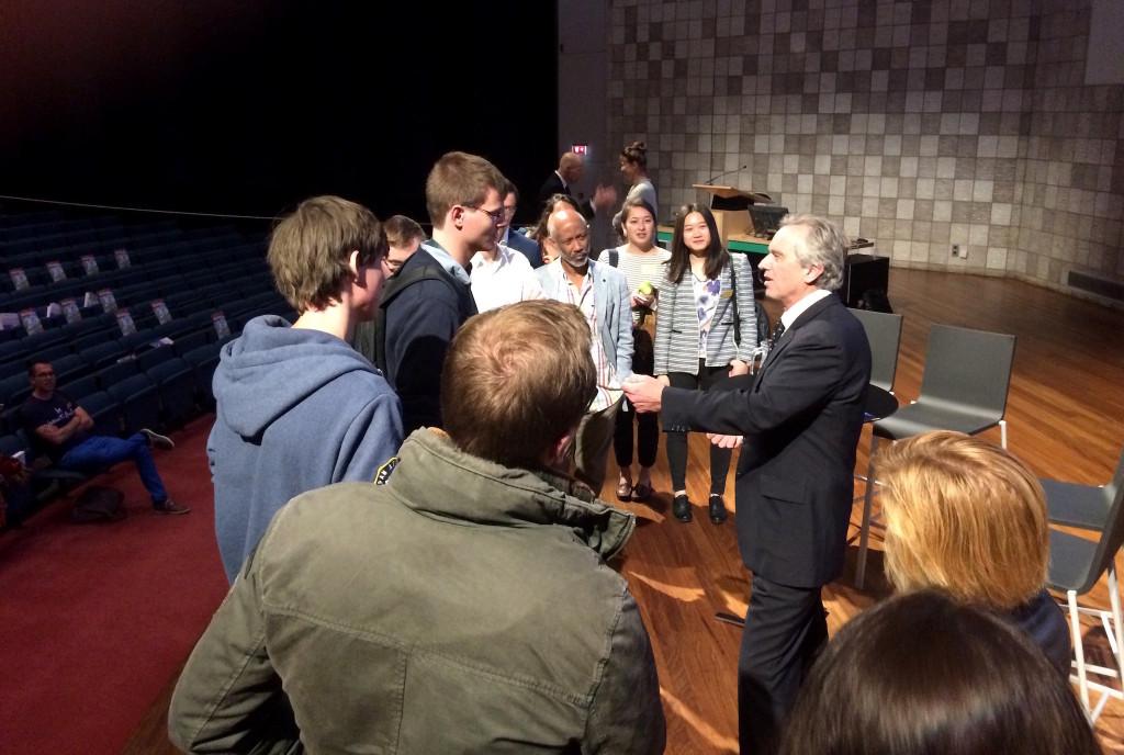 In de pauze van het congres spreekt Kennedy met studenten.